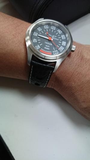 華奢な腕で時計が大きく見えますがな